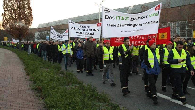 """Über die Mainzer Straße tönte: """"Wir sind ITEZ! Wir sind OPEL!"""""""