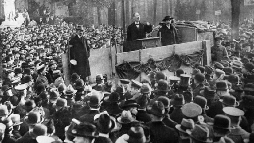 Karl Liebknecht spricht auf einer Kundgebung im Berliner Tiergarten im Rahmen der Novemberrevolution (Foto: Bundesarchiv, B 145 Bild-P046271 / Weinrother, Carl / CC-BY-SA 3.0)