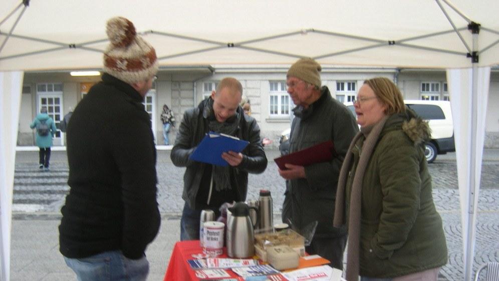 Beim Unterschriftensammeln in Weimar (rf-foto)