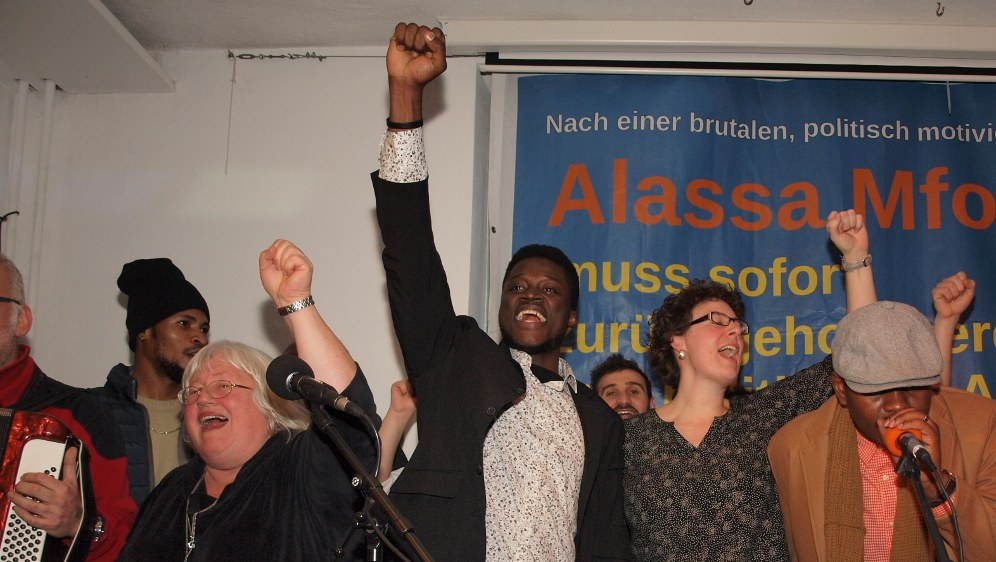 Die rassistische Hetze gegen Alassa Mfouapon und seine Unterstützerinnen und Unterstützer wird scharf zurückgewiesen (rf-foto)