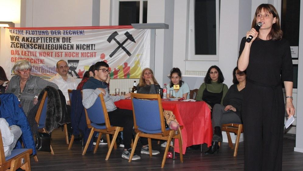 Die MLPD-Vorsitzende Gabi Fechtner spricht in Essen kurz vor Mitternacht (Foto: RF)