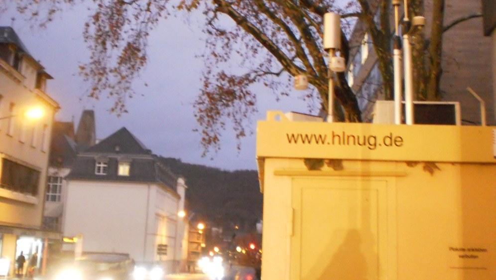 Luftmessstation an einer Marburger Straße (Foto: Ludwig Sebastian Micheler)