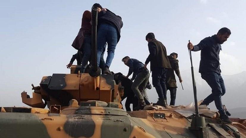 Menschen stürmen türkische Militärbasis in Şîladizê