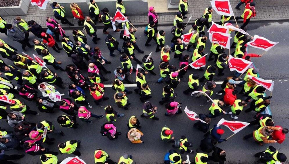 In den erfolgreichen Streiks seit Anfang des Jahres - wie hier des Sicherheitspersonals am Rhein-Main-Airport - zeigt sich der fortschrittliche Stimmungsumschwung (foto: Bernd Hartung/ver.di)