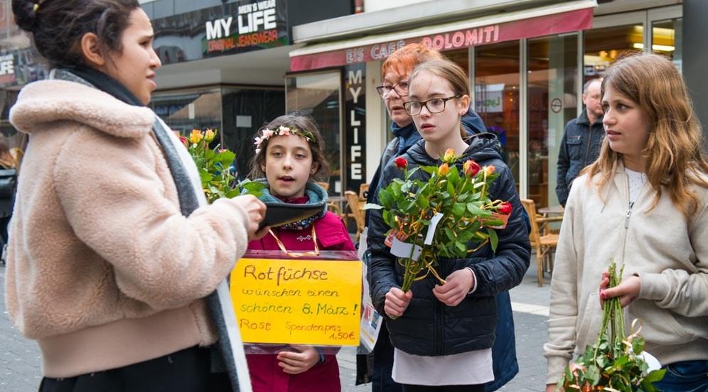 Krefeld: Rotfüchse verkaufen Rosen (rf-foto)