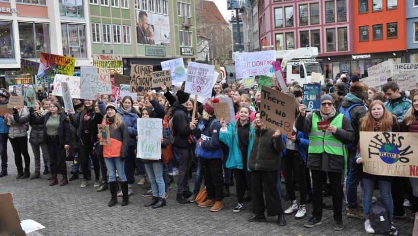 800 Schülerinnen und Schüler füllten den Platz vor dem Rathaus