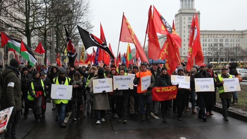 Partei- und Fahnenverbote auf Demonstrationen unzulässig