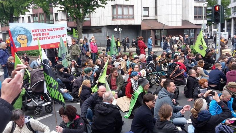 """Rund 2.000 demonstrieren bei Aktion """"IrRWEge stoppen!"""""""