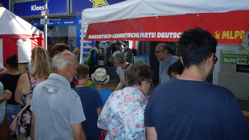"""Anziehender MLPD-Stand auf Straßenfest """"Bänke raus"""""""