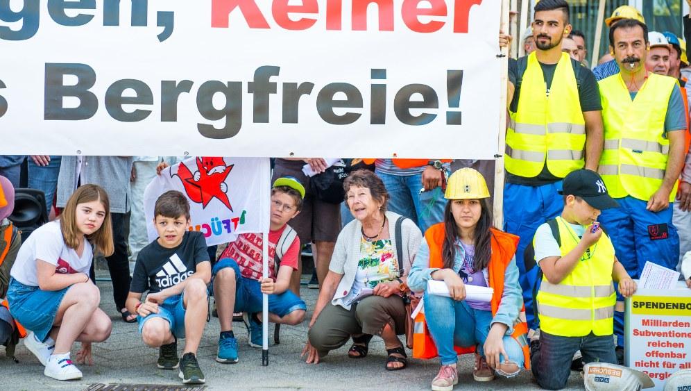 Düsseldorfer Rotfüchse zeigen auf der Bergarbeiterdemo am 28. Juni Flagge