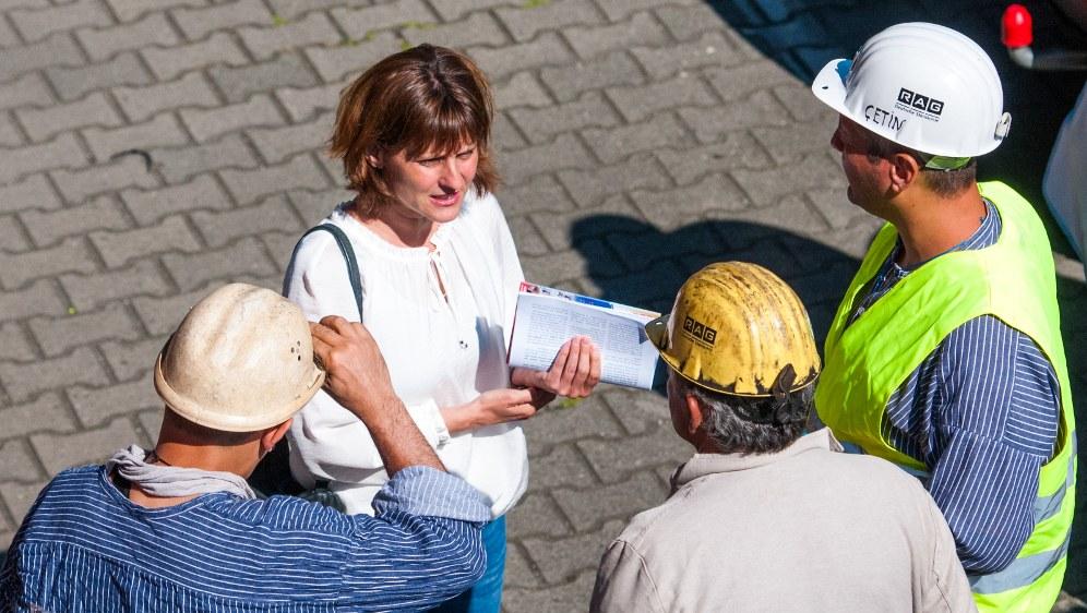 Gabi Fechtner, völlig unverkleidet und solidarisch, unter den Bergleuten (rf-foto)