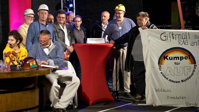 Christian Link (2. von rechts) und Günther Belka (3. von links) - engagierte Bergleute von Kumpel für AUF und Enthüller in Sachen Giftmüll - Aufführung in Gelsenkirchen (rf-foto)