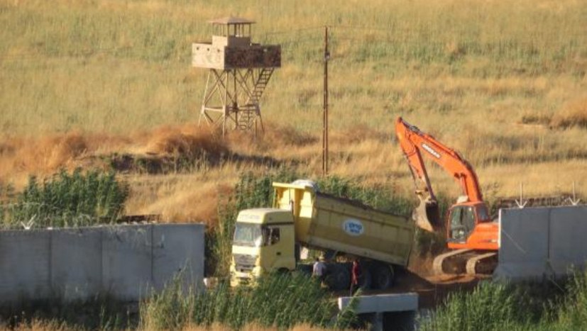 Türkische Armee hebt Gräben an der syrischen Grenze aus