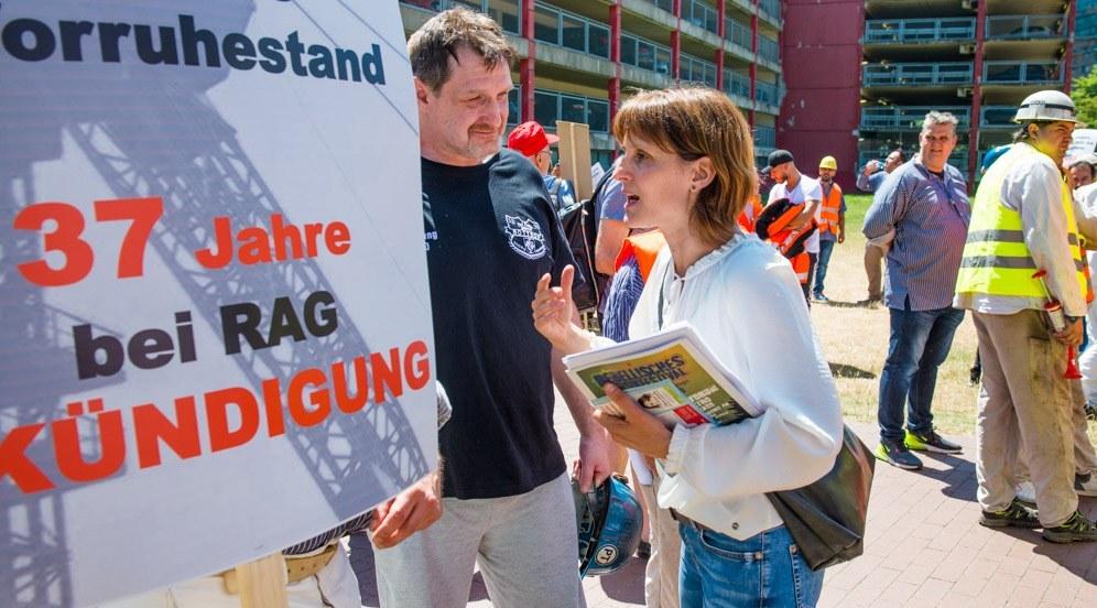 Gabi Fechtner diskutiert mit Bergleuten während der Demonstration am 28. Juni in Düsseldorf (Foto: RF)