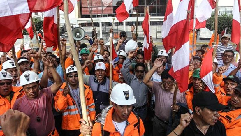 Courage-Frauen erklären peruanischen Bergleuten ihre Solidarität
