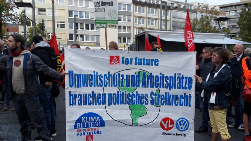Delegation von VW-Kollegen mit Transparent