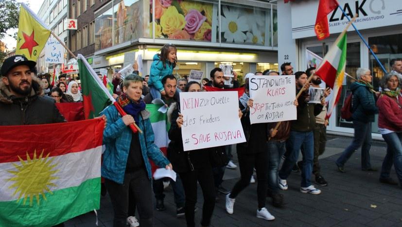 """""""Biji Berxwedan YPG"""" schallte immer wieder durch die Fußgängerzone"""