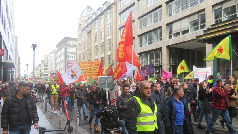Welt-Kobanê-Tag: Große, kämpferische Demonstration