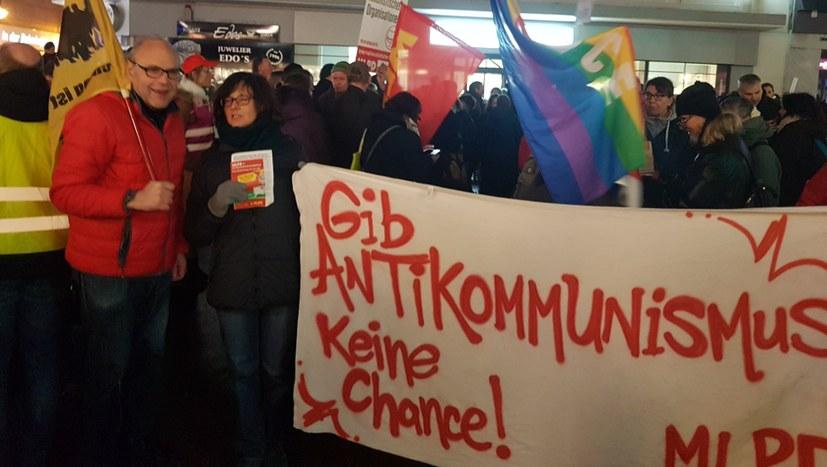 """""""Keinen Fußbreit Faschisten und Spaltern!"""""""