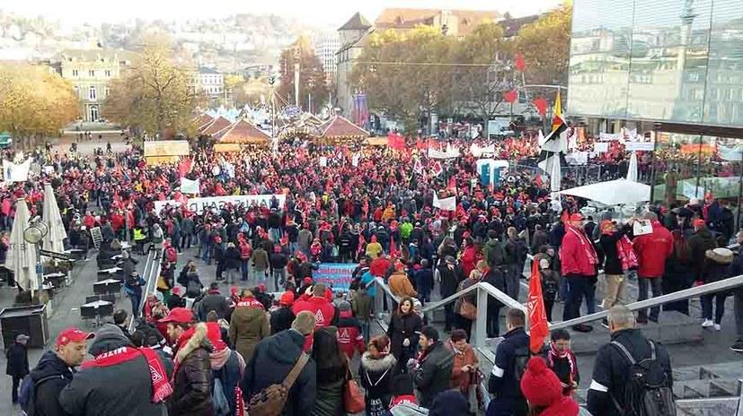 Über 10.000 Metaller und Metallerinnen in kämpferischer Stimmung auf dem Schlossplatz