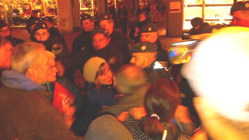Polizei schützt Faschisten und geht brutal gegen Antifaschisten vor