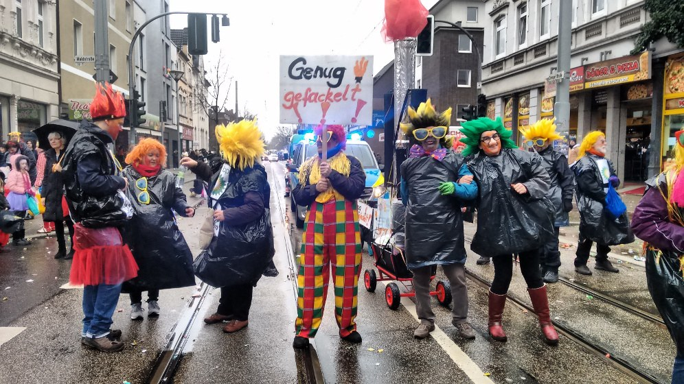 Karnevalisten von AUF Gelsenkirchen nehmen beim Rosenmontagszug in Erle das giftige Abfackeln durch den BP-Konzern auf die Schippe (Foto: RF)