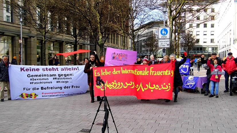 Kämpferische Frauenbewegung weltweit auf der Straße - Position der MLPD zur Befreiung der Frau interessiert viele