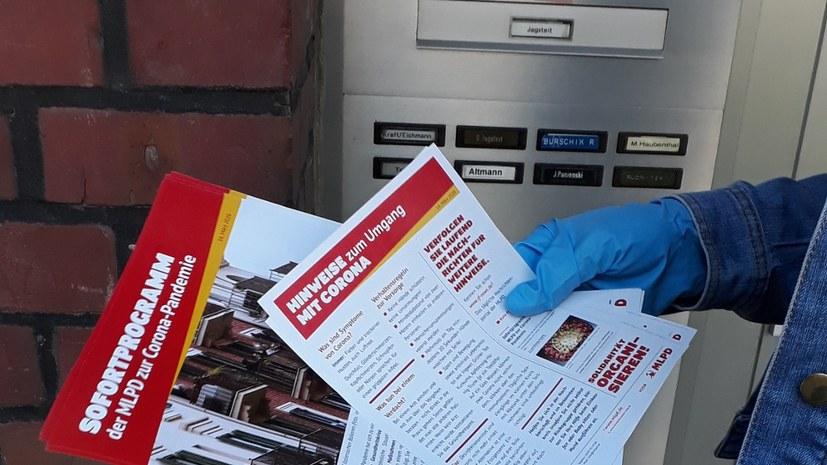 Diskussionen bei Flugblattaktion zur Nachbarschaftshilfe