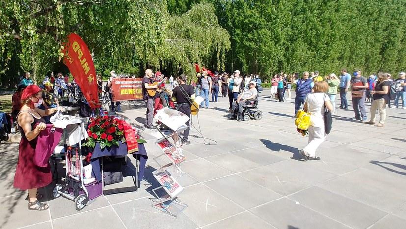 Tausende beim sowjetischen Ehrenmal im Treptower Park