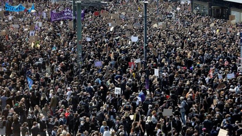 Zehntausende auf dem Alexanderplatz