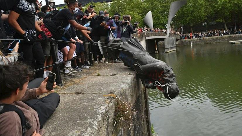 Protestierende werfen Statue von Sklavenhalter in Fluss