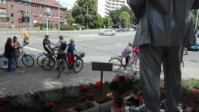 Sonntagmorgen vor der Lenin-Statue