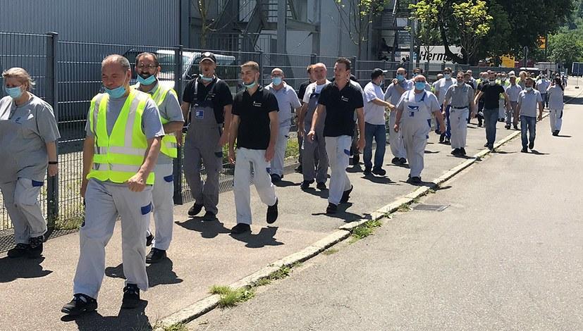 Eberspächer-Arbeiter selbstbewusst: 100 marschieren zum Betriebsrat