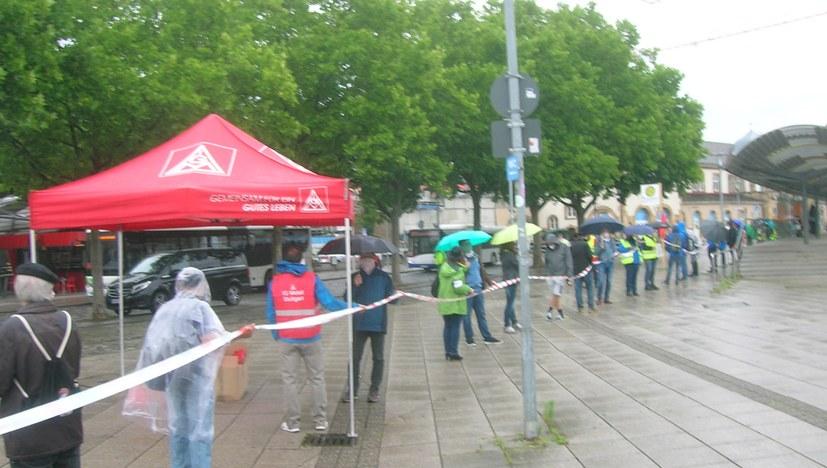Kette der Solidarität in Feuerbach - Bosch kürzt Ausbildungsplätze um ein Drittel