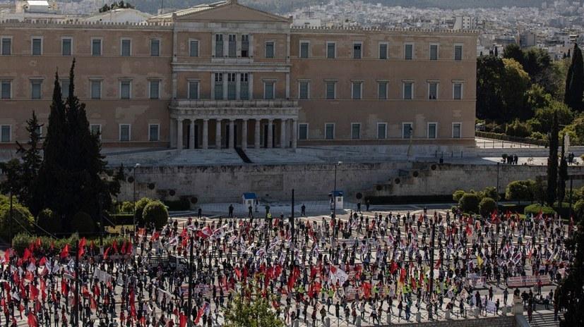 Nicht nur die griechischen Arbeiterinnen und Arbeiter haben - wie hier am 1. Mai auf dem Syntagma-Platz in Athen - bewiesen, dass auch unter Corona-Bedingungen verantwortungsvolle Großdemonstrationen möglich sind