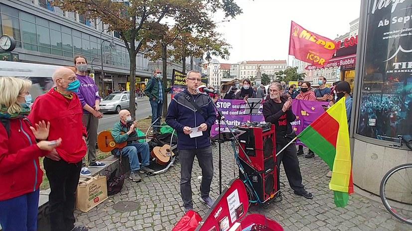Antikriegstagskundgebung mit kämpferischen Liedern