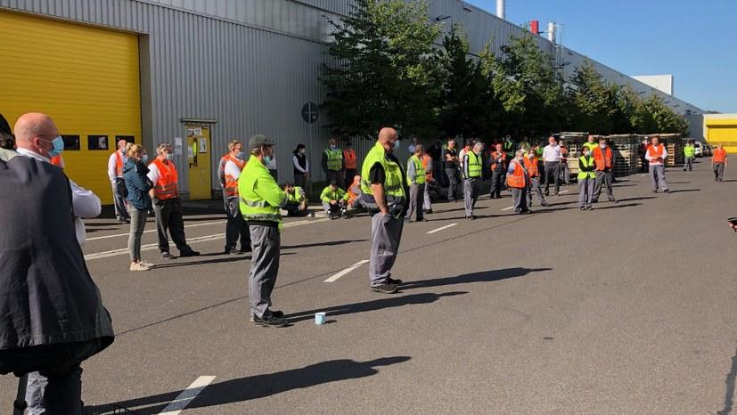 200 Kolleginnen und Kollegen bei der Pausenversammlung bei Opel