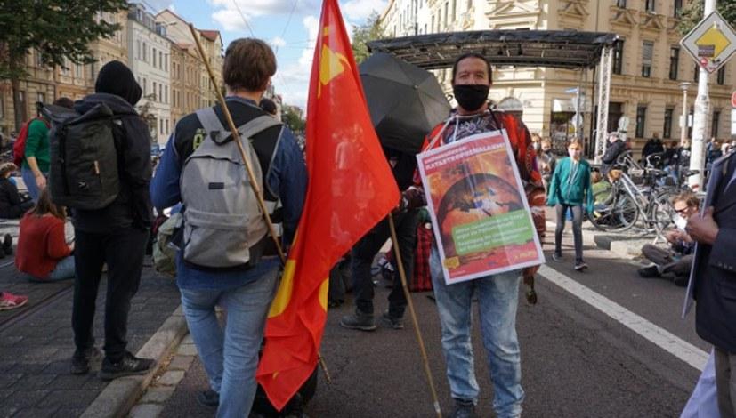 """""""Arbeiter und Umweltschützer Hand in Hand - weg mit der Profitwirtschaft im ganzem Land!"""""""