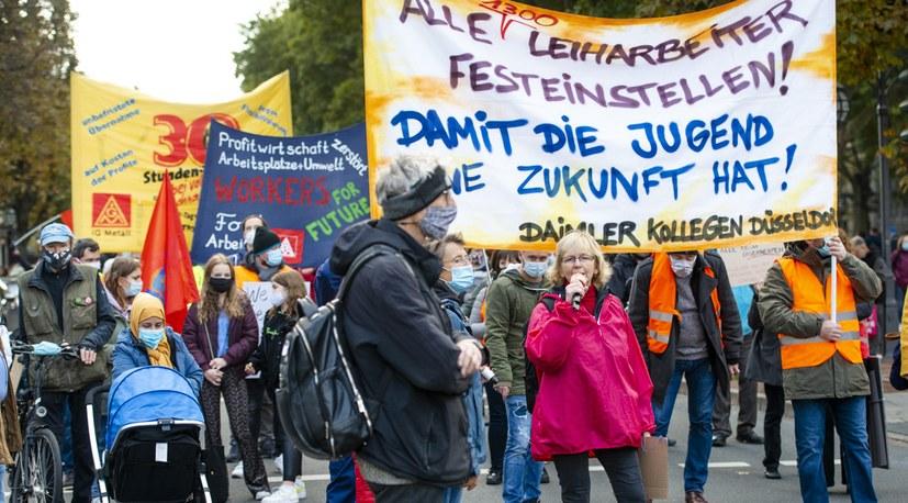 Quicklebendige kämpferische Herbstdemonstrationen