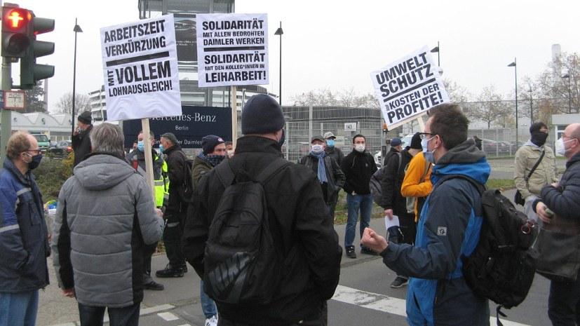 Protest am Werkstor gegen angekündigten Kahlschlag