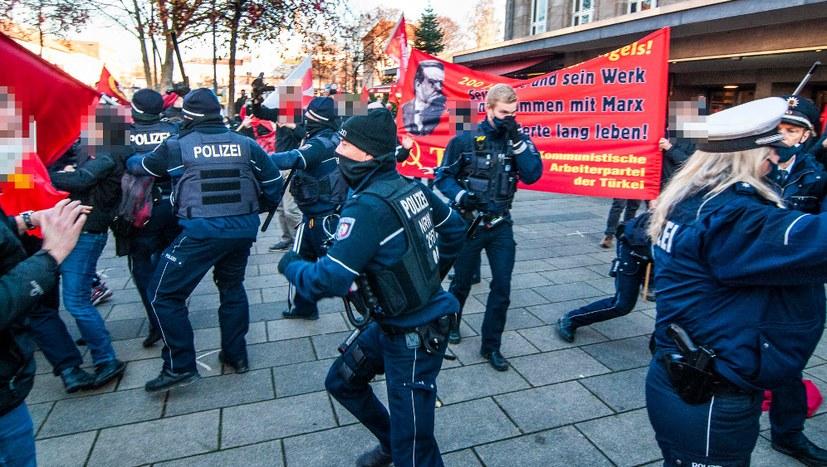 300 Menschen würdigen den Revolutionär Engels trotz Polizeigewalt