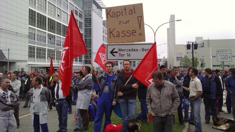 50.000 Postkarten der Daimler-Beschäftigten als Zeichen des Protests an den Vorstand übergeben