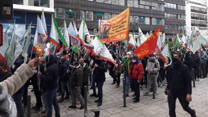 """Mehrere hundert Demonstrierende fordern: """"Freiheit für Abdullah Öcalan"""""""