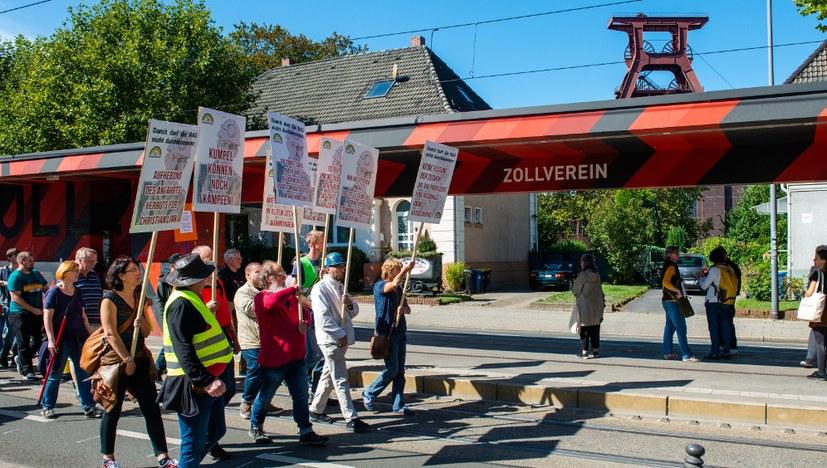 """Auf zur Protestdemo – Der RAG die """"Rote Karte"""""""