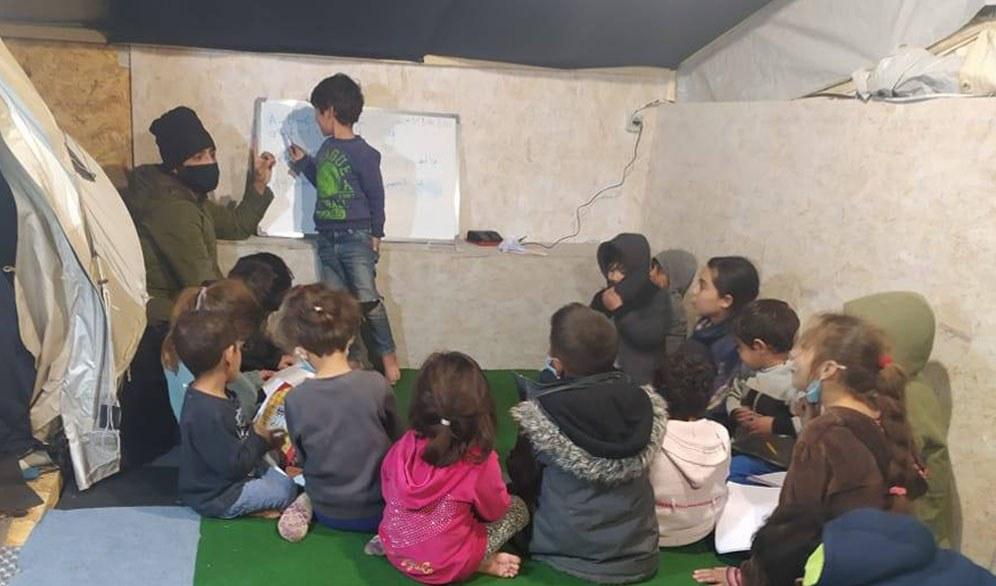 Der Arabischunterricht für die Kinder ist der Renner im Camp! (Foto: Solidarität International)