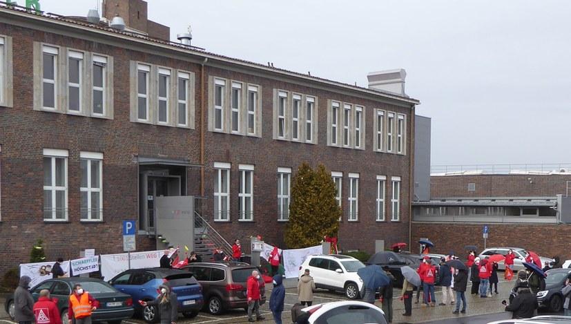 Lautstarker Protest vor dem Haupttor