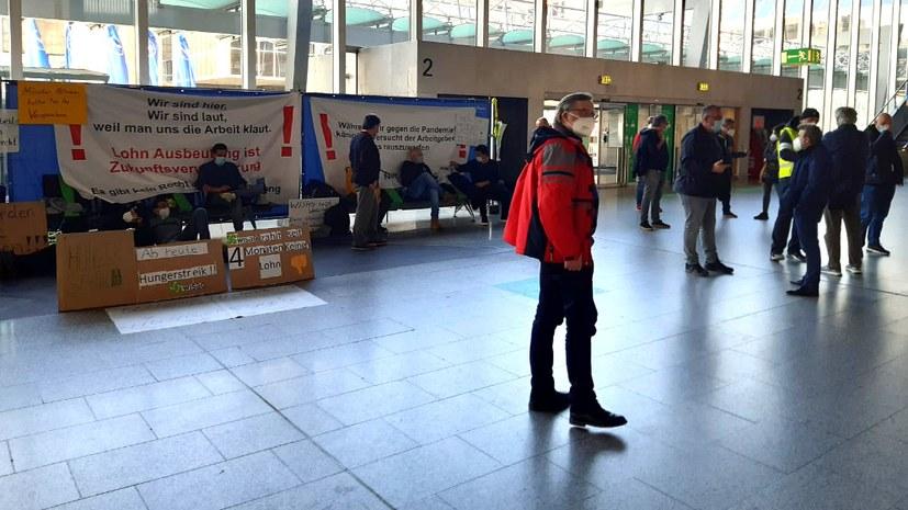 WISAG-Beschäftigte protestieren im Flughafenterminal
