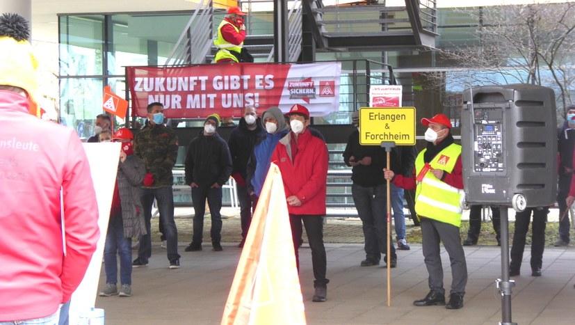 120 beim Warnstreik vor Siemens Healthineers