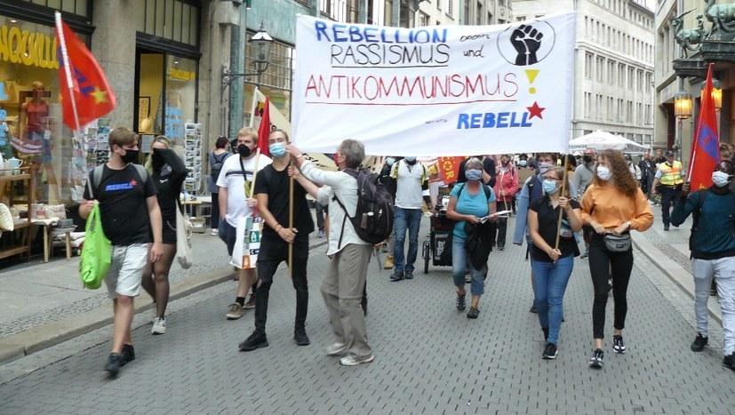 """Gewalttätige, faschistische """"Querdenker""""-Demonstrationen – und die Polizei lässt sie gewähren"""