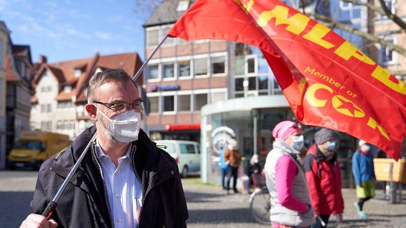 Braunschweig: Buntes Bild mit verschiedenen Fahnen